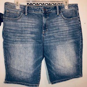 a.n.a. plus size denim Bermuda shorts 👖👖